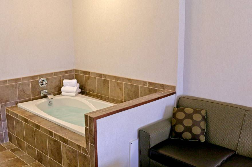 Yellowstone Holiday Inn king spa room with Jacuzzi